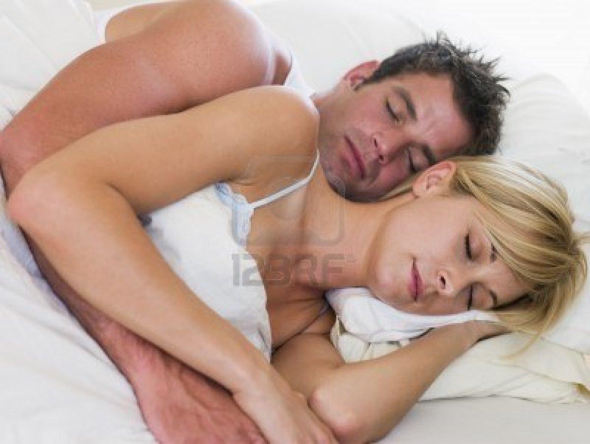 Тетя сосет пока спит, Тетка сосет член у спящего племянника, разбудила для 10 фотография